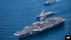 Hàng không mẫu hạm Mỹ USS Carl Vinson khi đang di chuyển ở Tây Thái Bình Dương ngày 3/5/2017. Nhóm tàu USS Vinson và USS Reagan đang tập trận chung ở biển Nhật Bản.