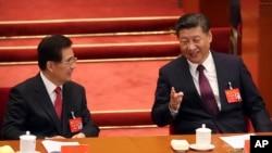 資料照片:中共總書記習近平和前總書記胡錦濤在十九大開幕式上交談。 (2017年10月18日)