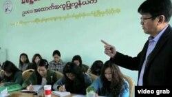 Nhà tranh đấu cho dân chủ kỳ cựu, luật sư Aung Htoo (phải) huấn luyện cho các đồng nghiệp và các nhà hoạt động giúp người dân tranh đấu đòi bồi thường