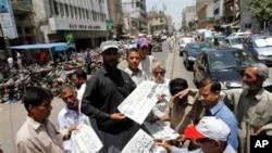 巴基斯坦民众在阅读本拉登被击毙的新闻报道