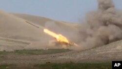 Azerbejdžanska raketa ispaljena sa linije Nagorno Karabaha, fotografija azerbejdžanskog ministarstva odbrane (Foto: AP/Azerbaijan's Defense Ministry)