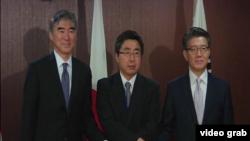 美國北韓政策特別代表金成(左)、日本外務省亞洲與大洋洲局局長石兼公博(中)以及南韓朝鮮半島和平與安全事務特別代表金弘筠(右)在東京舉行三邊會談商討這一問題。(視頻截圖)