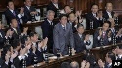 ဂ်ပန္ လစ္ဘရယ္ဒီမိုကရက္တစ္ပါတီ ေခါင္းေဆာင္ Shinzo Abe ကို ဝန္ႀကီးခ်ဳပ္အျဖစ္ တခဲနက္ ေထာက္ခံေနစဥ္။