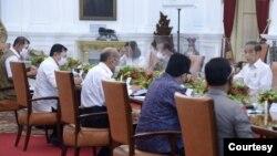 Presiden Jokowi memimpin Rapat Terbatas di Istana Negara, Jakarta , Senin (23/11) mengimbau supaya wacana liburan panjang akhir tahun dikurangi untuk cegah klaster baru perebakan virus Corona (Biro Setpres)