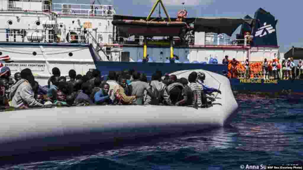 Le bateau Dignité a secouru seulement 128 migrants de l'embarcation en caoutchouc qui le transportait.