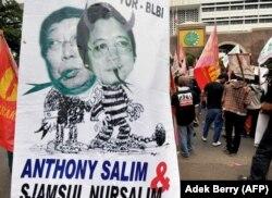 Para pengunjuk rasa menampilkan spanduk yang memperlihatkan Sjamsul Nursalim (kiri) dan Anthony Salim (kanan) - dua orang terkaya di Indonesia yang dituduh menggelapkan jutaan dolar melalui BLBI selama krisis Asia pada 1998, Jakarta, 22 Juli 2008. (Foto: