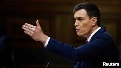 스페인 사회당 페드로 산체스 대표가 2일 의회에서 연설하고 있다.