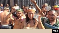 """Varias decenas de indígenas reclamaron """"justicia"""" y protestaron por la desincorporación de los diputados de Amazonas, un estado que está integrado en buena parte por indígenas. [Foto: Alvaro Algarra, VOA]."""