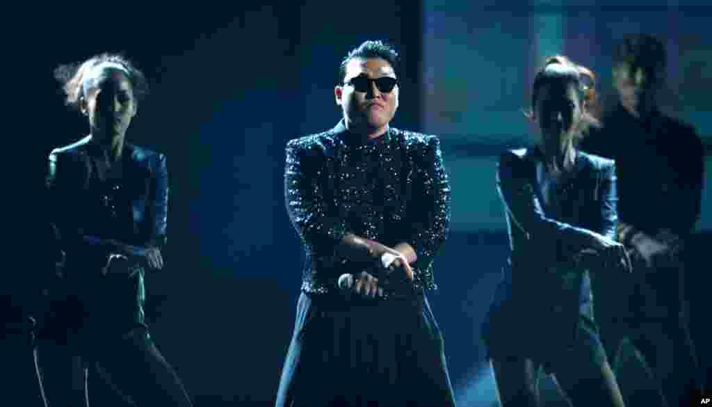 Psy durante su actuación en la celebración del 40 aniversario del American Music Awards 2012, celebrado el domingo 18 en Los Angeles.