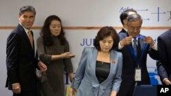 22일 중국 베이징에서 열린 동북아협력대화에 미국과 북한 등 6자회담 당사국 고위 당국자들이 참석했다. 북한의 최선희 외무성 미국국 부국장(왼쪽 3번째)이 착석하는 뒤로 미국의 성김 국무부 대북정책특별대표(왼쪽)가 입장하고 있다.