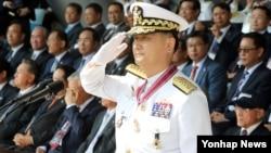 엄현성 신임 한국 해군참모총장이 22일 계룡대에서 열린 취임식에서 거수경례하고 있다.