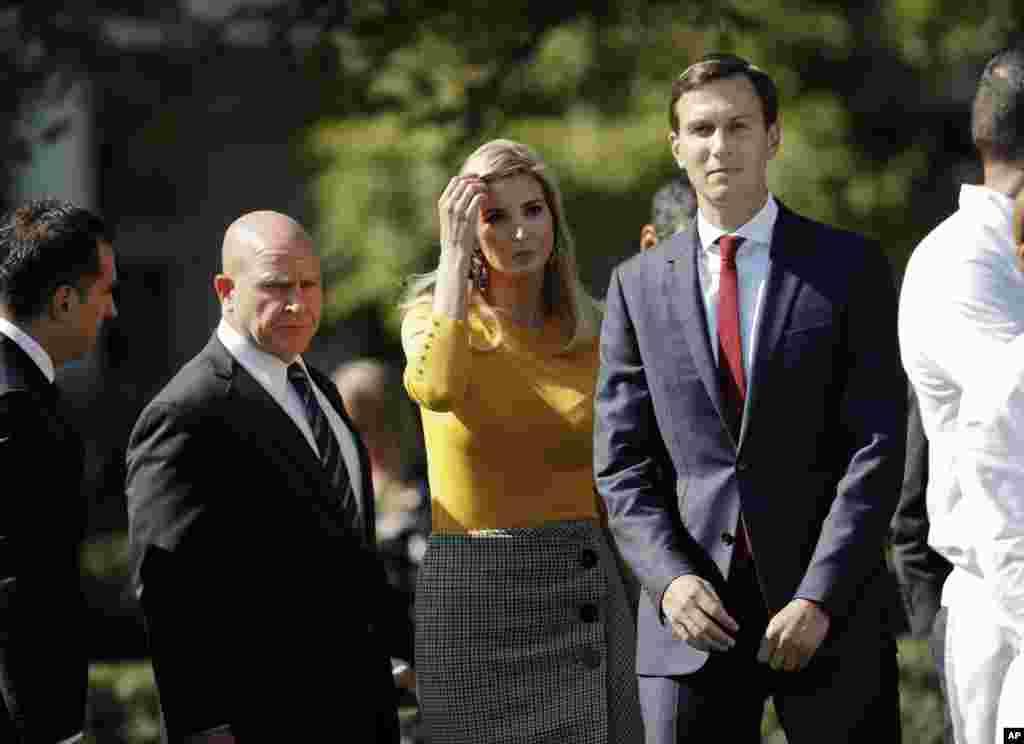 Ivanka Trump, fille et assistante du président Donald Trump, et son mari, conseiller principal, Jared Kushner, marchent sur la pelouse de la Maison Blanche, à Washington, 2 octobre 2017.