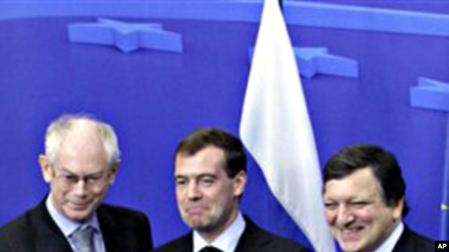 Russian President Dmitry Medvedev, center, shakes hands with European Council President Herman Van Rompuy, left, and European Commission President Jose Manuel Barroso during an EU-Russia Summit at the EU Council building in Brussels, 07 Dec 2010