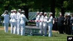 Lễ an táng chung của chuyên viên chống tàu ngầm Donald McGrane, chuyên viên chống tàu ngầm William Jackson, Hải quân Thiếu úy Donald Fry và Hải quân Đại Úy Dennis Peterson tại Nghĩa trang Quốc gia Arlington, 2/5/2013