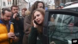 """俄羅斯朋克樂隊""""暴動小貓""""其中一名成員阿廖欣娜獲釋後登上一部汽車離開監獄。"""