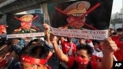 Người Miến Điện sống tại Thái Lan biểu tình chống lãnh tụ cuộc đảo chánh, Tướng Tổng tư lệnh quân đội Myanmar Min Aung Hlaing, trước tòa đại sứ Myanmar ở Bangkok, ngày 1/2/2021.