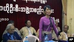 昂山素季11月16日在仰光的缅甸全国民主联盟总部讲话