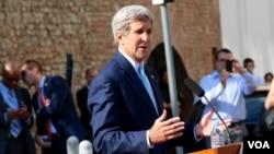 Ngoại trưởng Mỹ John Kerry cho báo giới biết về những diễn biến trong cuộc đàm phán hạt nhân với Iran ở Vienna, Áo, ngày 5 tháng 7, 2015. (Brian Allen/VOA)