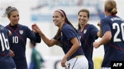 Các nữ tuyển thủ Mỹ mừng bàn thắng thứ hai do Morgan ghi vào lưới Phần Lan tại Cúp Algarve, ngày 7 tháng 3, 2011, ở Quarteira, Bồ Đào Nha
