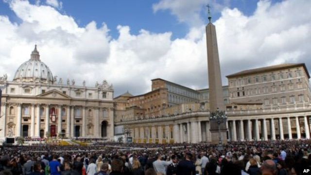 Thousands gather in St. Peter's Square as Pope Benedict celebrates Easter Mass, Vatican City, Sunday,  8 April, 2012.
