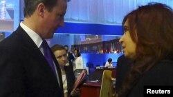 El primer ministro británico se negó a recibir un sobre de las manos de la presidenta argentina durante un receso en la Cumbre del G20.