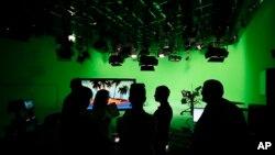 Para staf jaringan televisi RT, dahulu bernama Russia Today, mempersiapkan acara dengan Presiden Vladimir Putin di Moskow, Rusia (foto: ilustrasi).