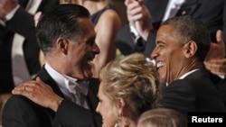 Capres partai Republik Mitt Romney (kiri) menyalami Presiden Barack Obama pada acara jamuan santap malam di New York, Kamis malam (18/10).
