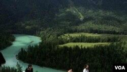Montañas cerca de la región occidental china de Xinjiang, que se está convirtiendo en nueva atracción turística.