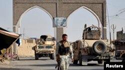 Petugas keamanan Afghanistan berpatroli saat Taliban menyerang kota Ghazni, 12 Agustus 2018. (Foto: dok).