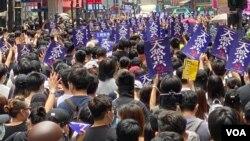 Ratusan aktivis pro demokrasi Hong Kong melakukan aksi unjuk rasa hari Minggu (24/5).