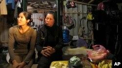 Bà Phạm Thị Báu (trái), vợ ông Đoàn Văn Quý, và Nguyễn Thị Thương, vợ ông Đoàn Văn Vươn nói chuyện với phóng viên tại Hải Phòng, Việt Nam. (Ảnh chụp ngày 1/4/2013).