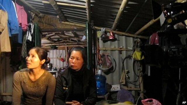 Vợ và em dâu ông Vươn, bà Nguyễn Thị Thương và Phạm Thị Báu (trái) bị giữ nguyên án 15 và 18 tháng tù treo.