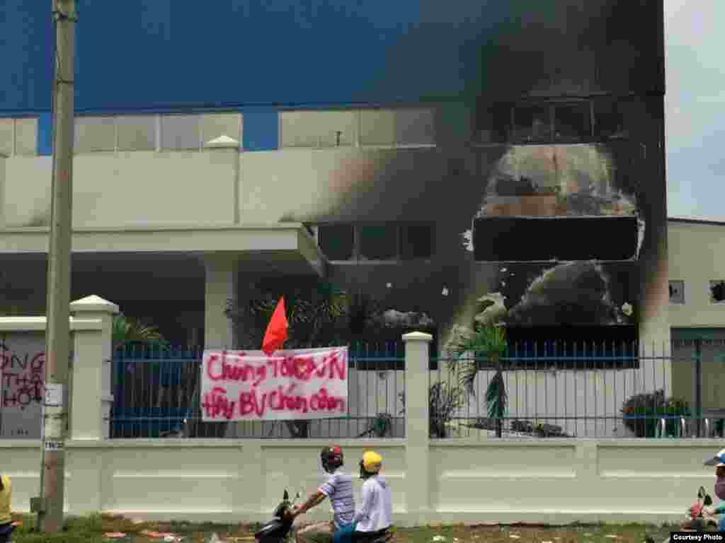 "A factory in Binh Duong was set on fire. Banner says ""We love Vietnam. Please protect our rice bowl."""