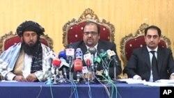 کریم خان وزیر اپنے وکیل کے ہمراہ پریس کانفرنس کرتے ہوئے