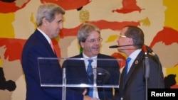 Dari kiri: Menlu AS John Kerry, Menlu Italia Paolo Gentiloni dan utusan khusus PBB untuk Libya Martin Kobler memberikan konferensi pers bersama usai pembicaraan di Roma, Minggu (13/12).