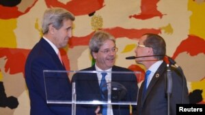 Ngoại trưởng Ý Paolo Gentiloni (giữa), Ngoại trưởng Mỹ John Kerry (trái) và đặc phái viên Liên Hiệp Quốc về Libya Martin Kobler trong một cuộc họp báo chung sau hôi nghị quốc tế về Libya tại Bộ Ngoại giao Ý ở Rome, ngày 13 tháng 12, 2015.