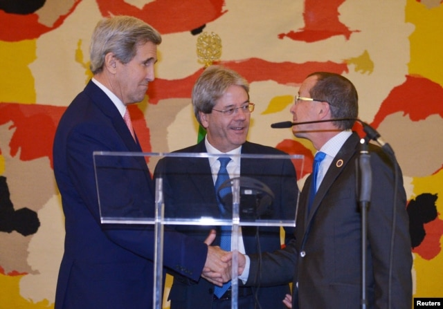 Italy's Foreign Minister Paolo Gentiloni (C), U.S. Secretary of State John Kerry (L) and UN special envoy for Libya Martin Kobler at a joint news conference following an international conference on Libya at the Ministry of Foreign Affairs in Rome, Dec. 13, 2015.