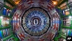 Alat penghancur atom, disebut Large Hadron Collider, di lab fisika CERN di Swiss.