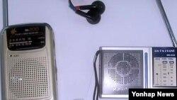 한국의 탈북자단체가 북한으로 보내는 휴대용 라디오. (자료사진)
