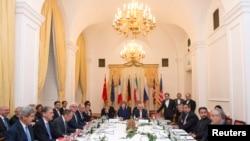 Para peserta negosiasi program nuklir Iran di Wina (24/11). (Reuters/Joe Klamar)
