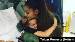 Аріана Ґранде обіймає шанувальницю в дитячій лікарні у Манчестері напередодні благодійного концерту в неділю 4 червня 2017 року.