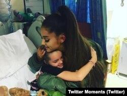 Ariana Grande visita a una de las niñas heridas en su concierto en Manchester.
