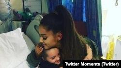 Ariana Grande abraza a una niña que resultó herida en el ataque suicida del Manchester Arena.