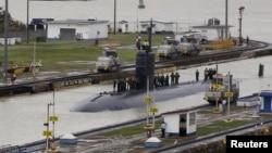 美国海军快速攻击核潜艇哥伦布号(SSN-762) 2015年7月10日航行通过巴拿马运河的米拉弗洛雷斯船闸(Miraflores Locks),潜艇人员站在哥伦布号的顶端。 (路透社档案照片)