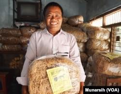 FX Subeno Prayogo Kastu pemilik pabrik Mie Lethek Talang Berkah Jaya mengangkat satu bungkus berisi 5 kilogram mie lethek. (Foto: VOA/Munarsih)