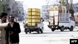 Xe chở các quan tài chạy về cơ sở quân sự ở thành phố miền tây bắc Mardan gần Peshawar, ngày 10/2/2011