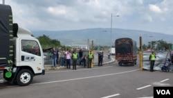 Los camiones llegaron a un almacén donde se acumulará la ayuda humanitaria internacional para Venezuela, según las autoridades, cerca del puente fronterizo Tienditas entre Colombia y Venezuela.