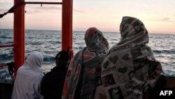 Des migrants sur le pont du navire de l'ONG française Aquarius, un navire de recherche et de sauvetage, le 10 mai 2018 (AFP PHOTO / LOUISA GOULIAMAKI).