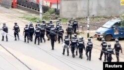 La police anti-émeute patrouille dans les rues de Buea, capitale de la région du Sud-Ouest, Cameroun, le 1er octobre 2017.