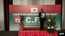 Un orateur parle d'un podium lors du Conseil Malagasy Fampihavanana (Conseil de Réconciliation Nationale-CFM) à l'ouverture de la session à Antananarivo, le 31 mai 2018.